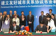 Mayor Garry Moore and the Mayor of Wuhan Xiansheng Li signing a Friendship Agreement on Mayor Moore's recent visit to Wuhan.